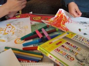 Barn testar ekologiska färgpennor