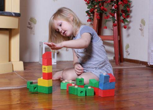 Barn som leker med träklossar