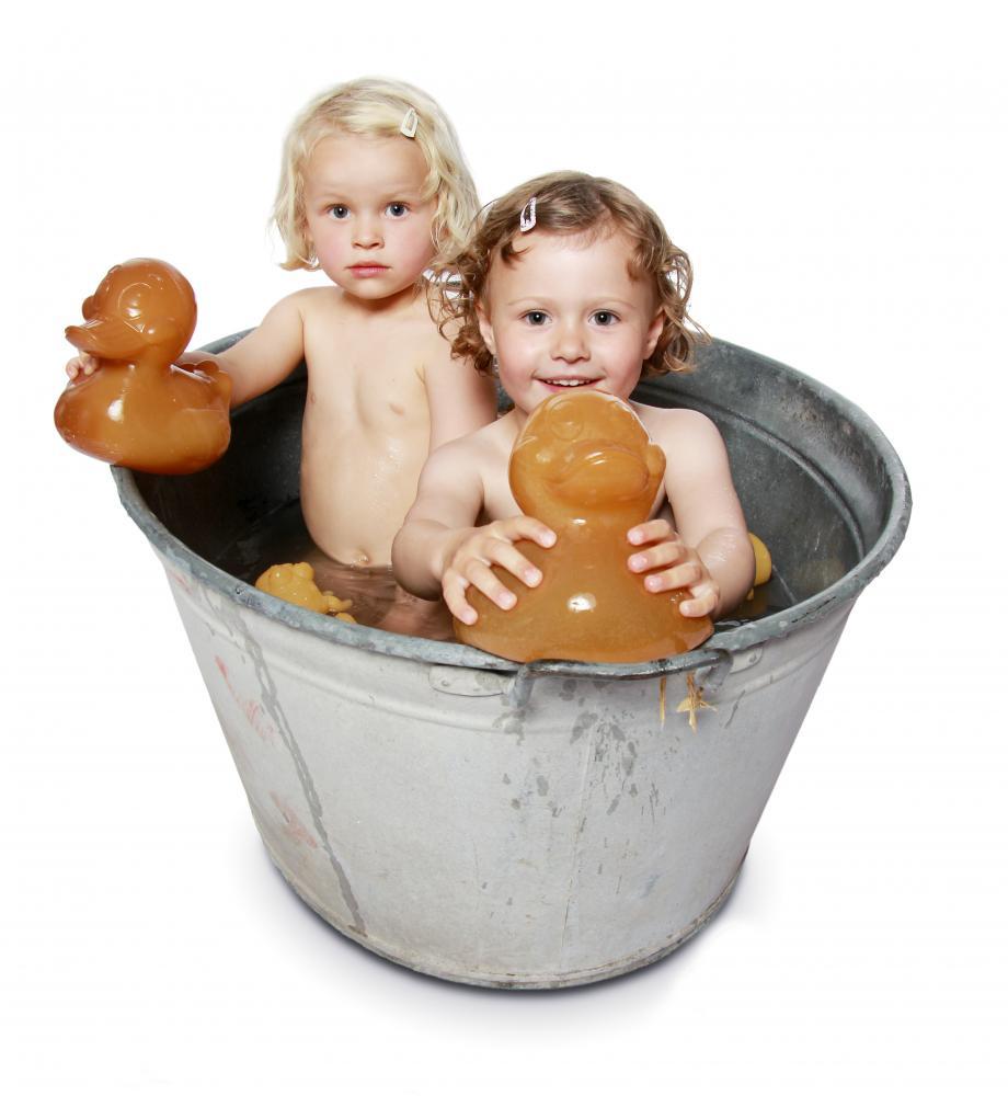 Barn som leker med vattenleksaker
