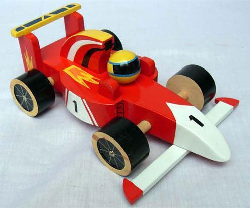 Leksaksbil av miljövänligt trä. Formel 1