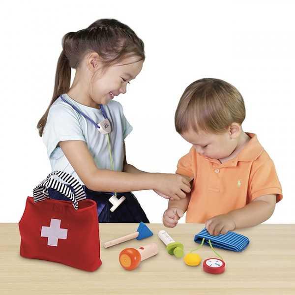 Barn som leker med doktorsväska