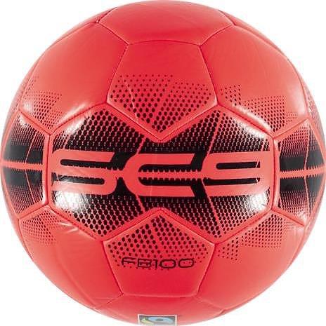 Röd fair trade fotboll